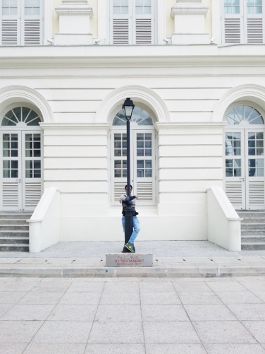 Foto di depan gedung Victoria Theatre & Concert Hall.